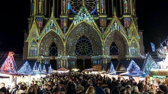 Le marché de Noel au pied de la cathédrale de Reims
