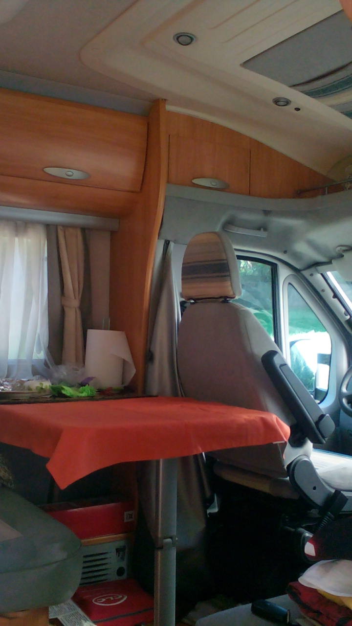 camping-car ADRIA CORAL 660 SL  intérieur  / coin cuisine