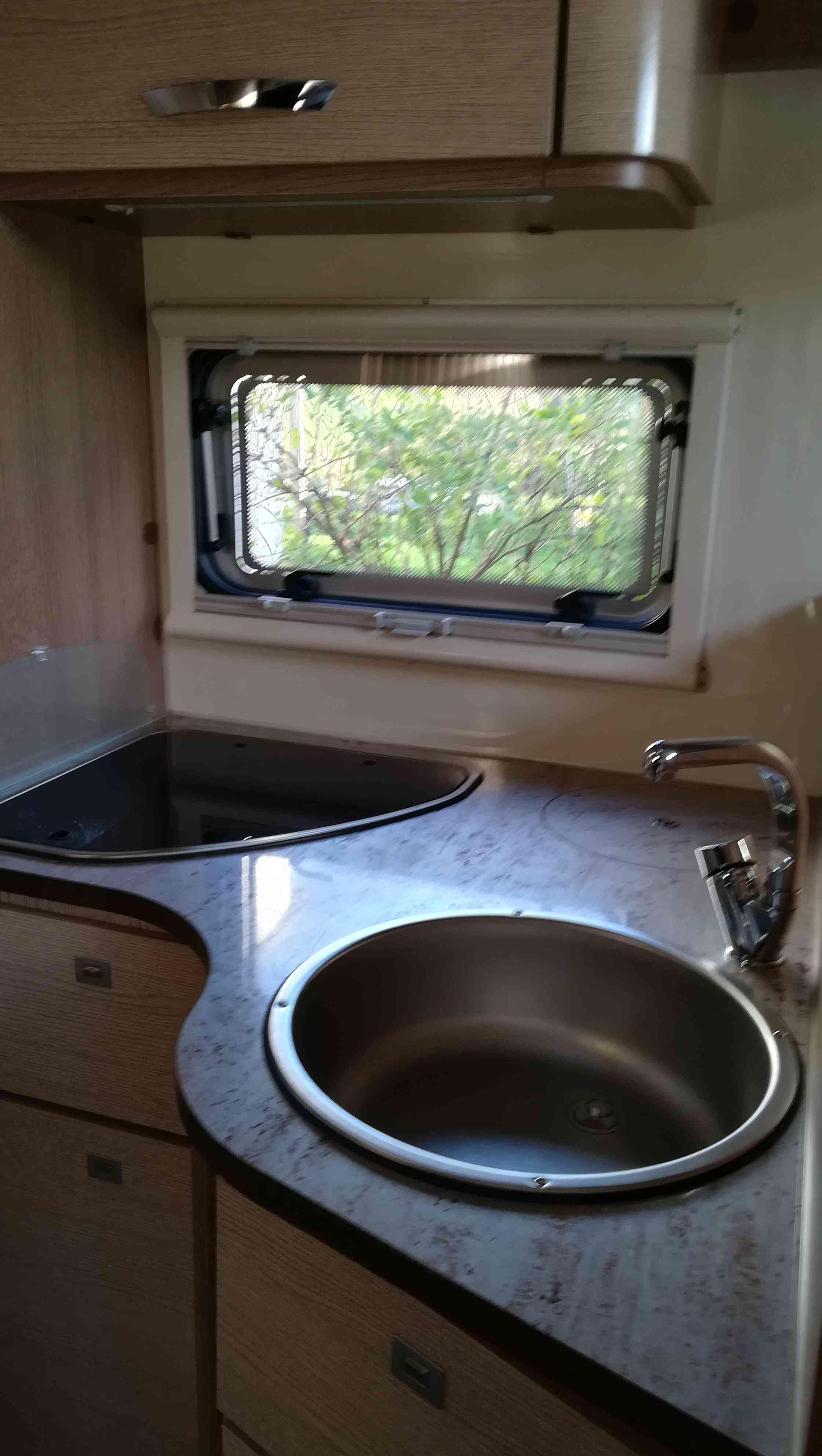 camping-car MC LOUIS MCA 74G  intérieur / salle de bain  et wc