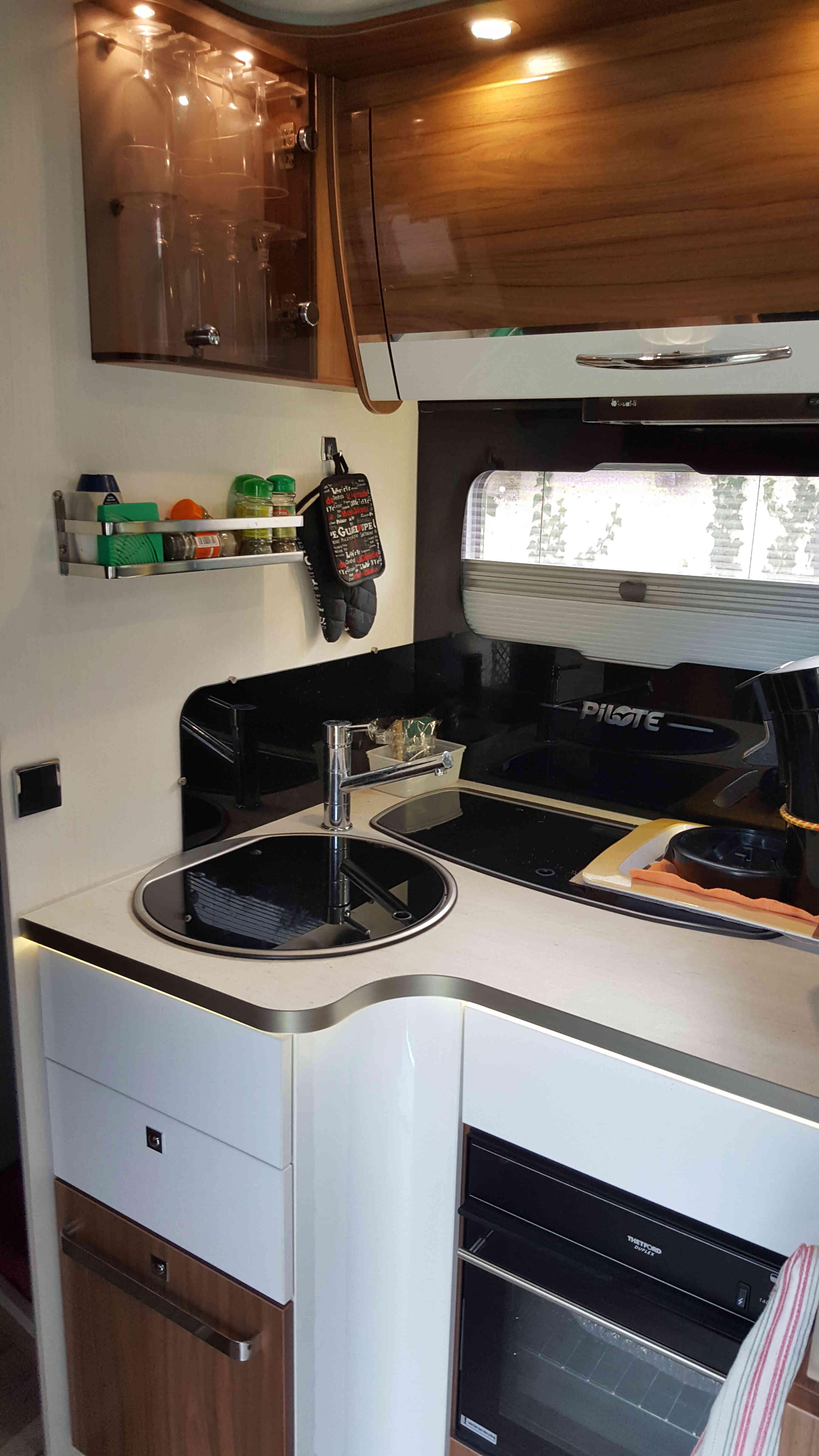 camping-car PILOTE G 740 SENSATION  intérieur / salle de bain  et wc