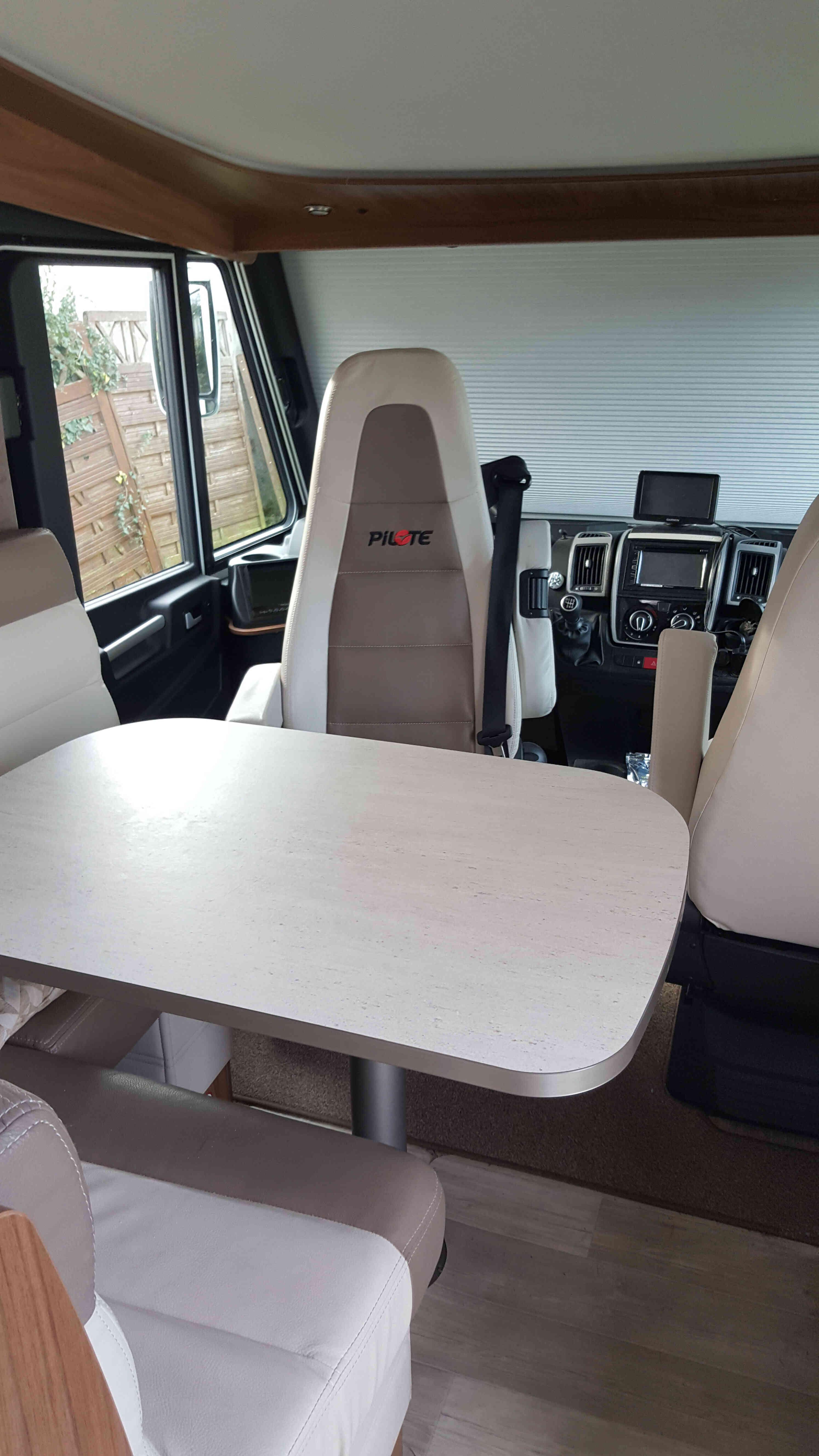 camping-car PILOTE G 740 SENSATION  intérieur  / coin cuisine