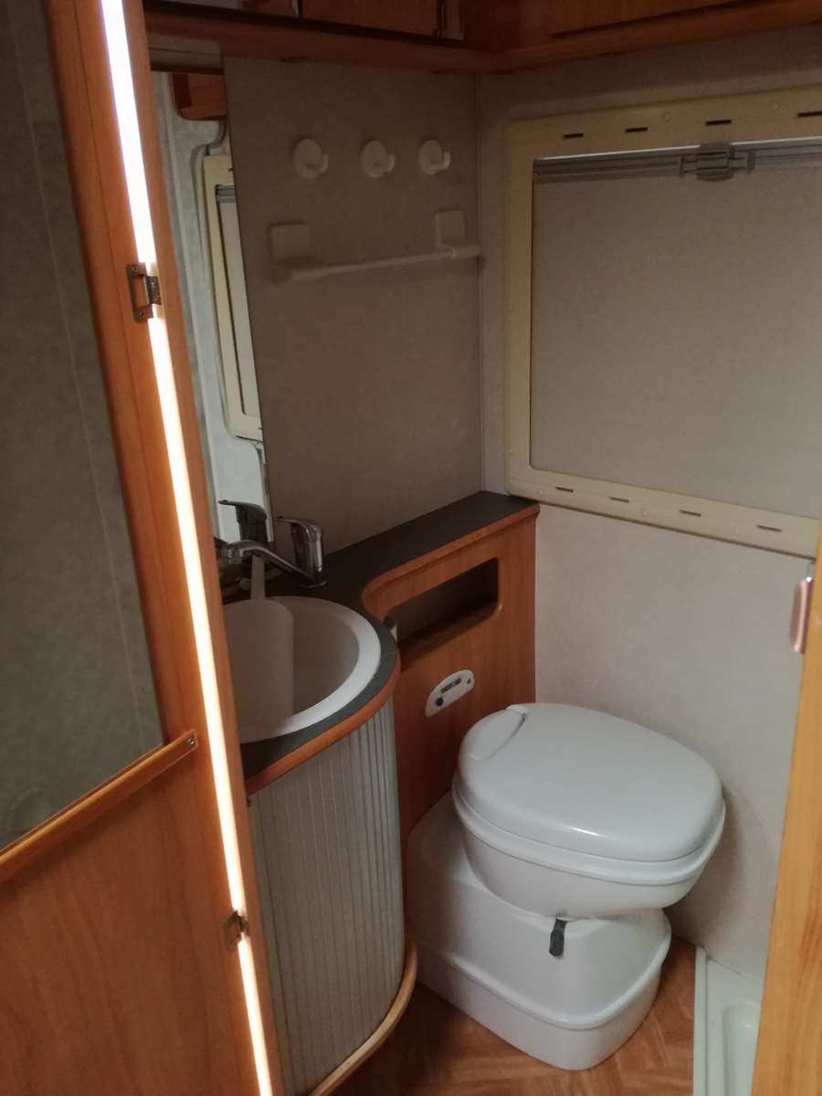 camping-car ADRIA 670 DK  intérieur / couchage principal