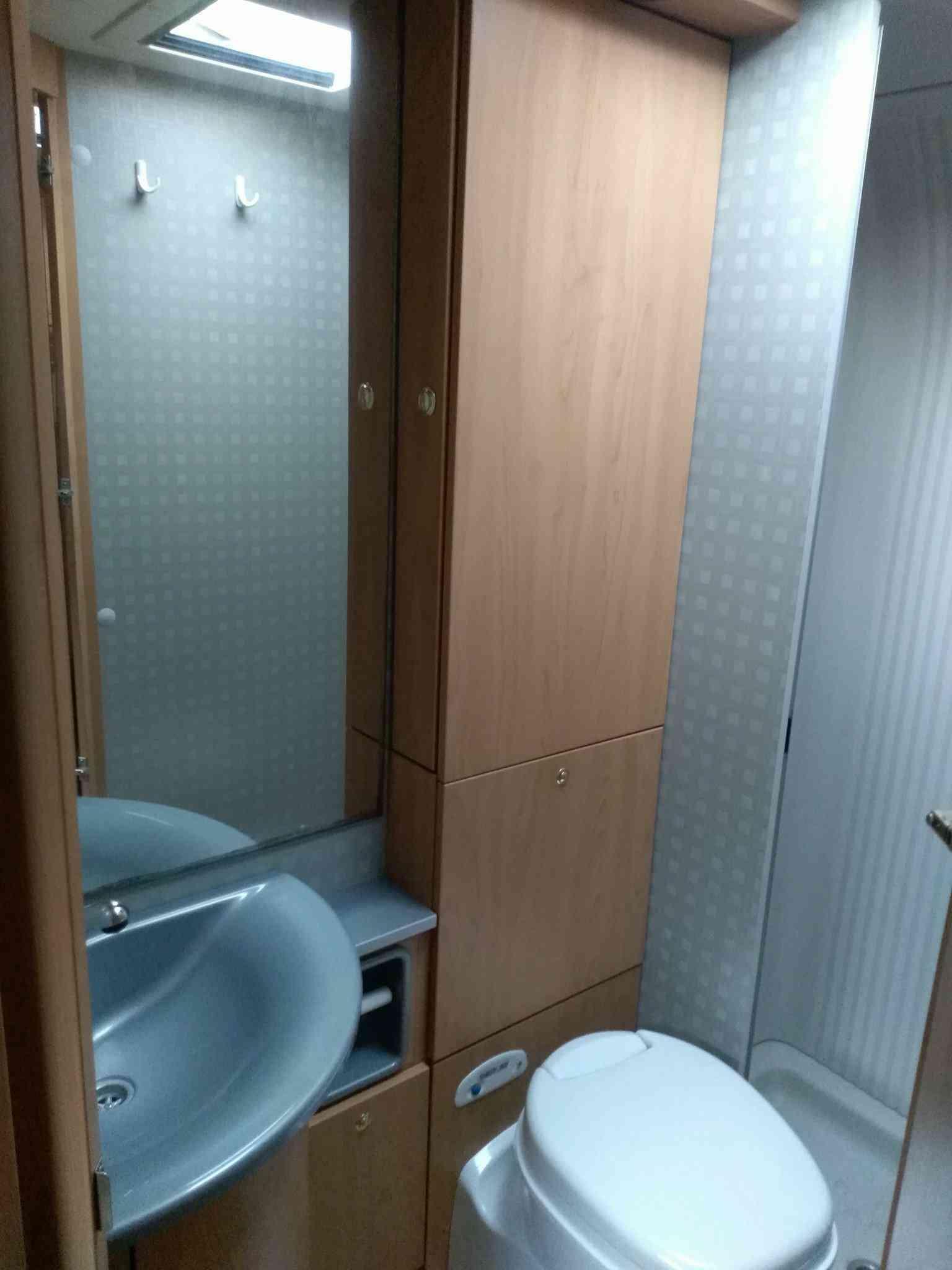 camping-car BURSTNER T 680    intérieur / couchage principal