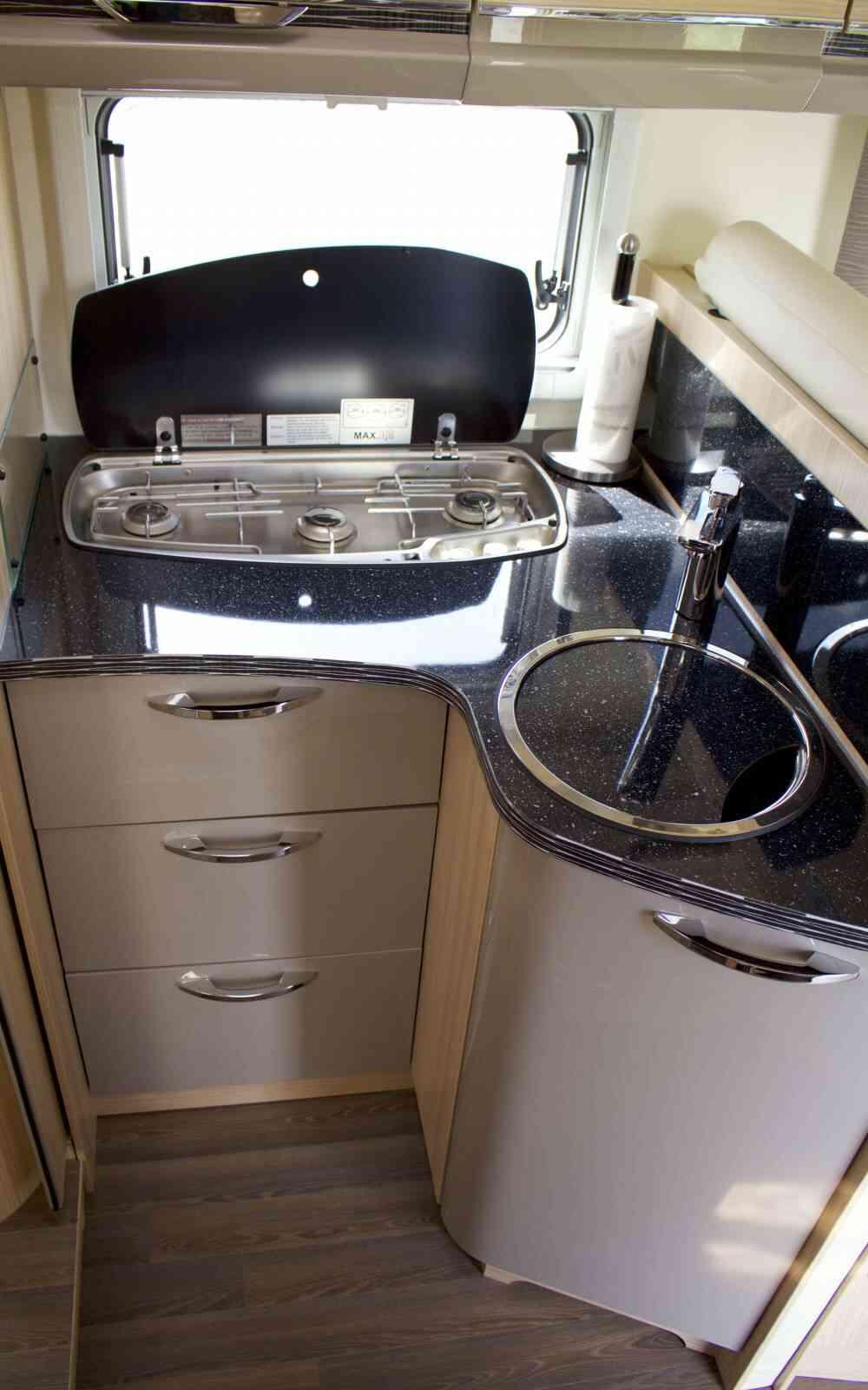 camping-car BURSTNER IXEO IT 734  intérieur / salle de bain  et wc