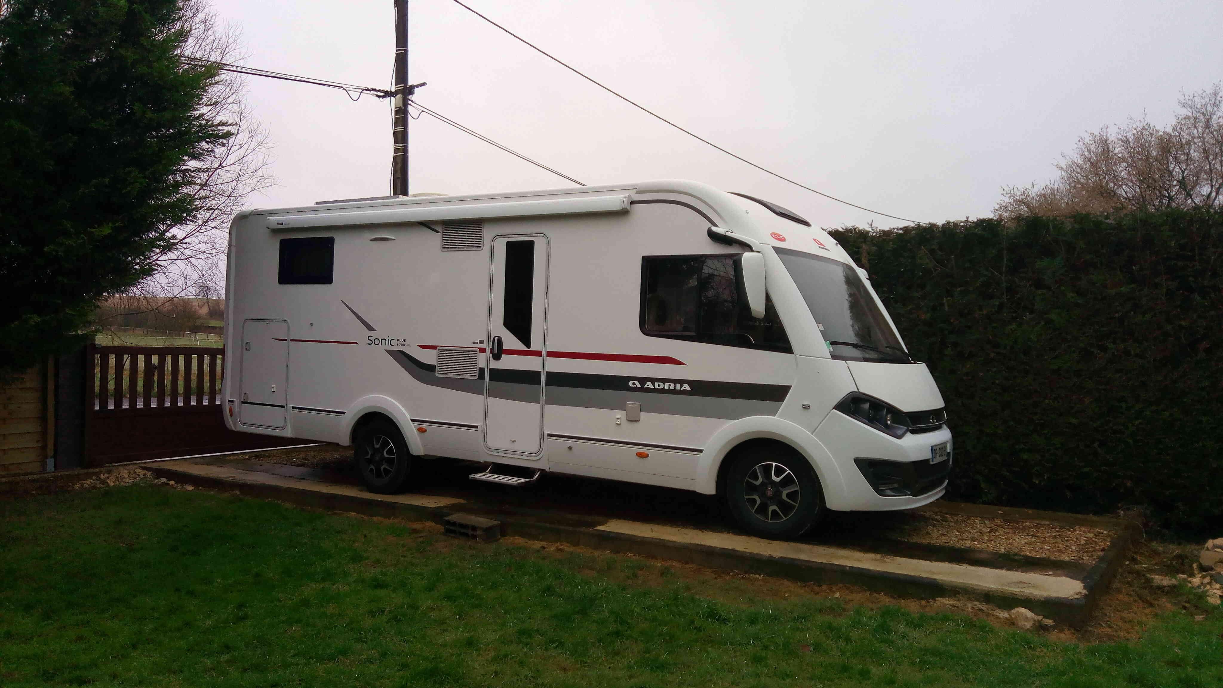 camping-car ADRIA SONIC PLUS I 700 SBC  extérieur / latéral droit