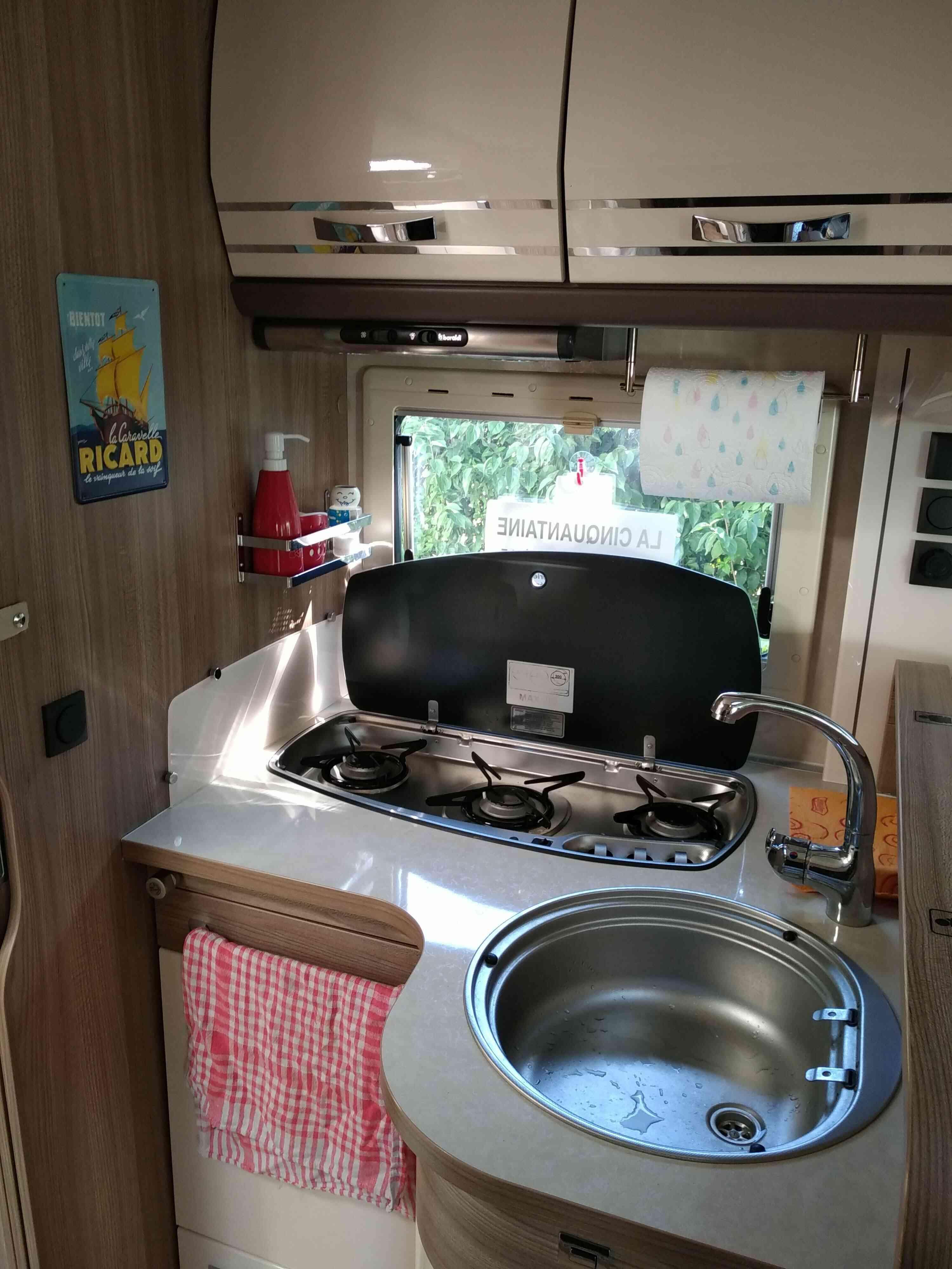 camping-car RAPIDO 881 F  intérieur / salle de bain  et wc