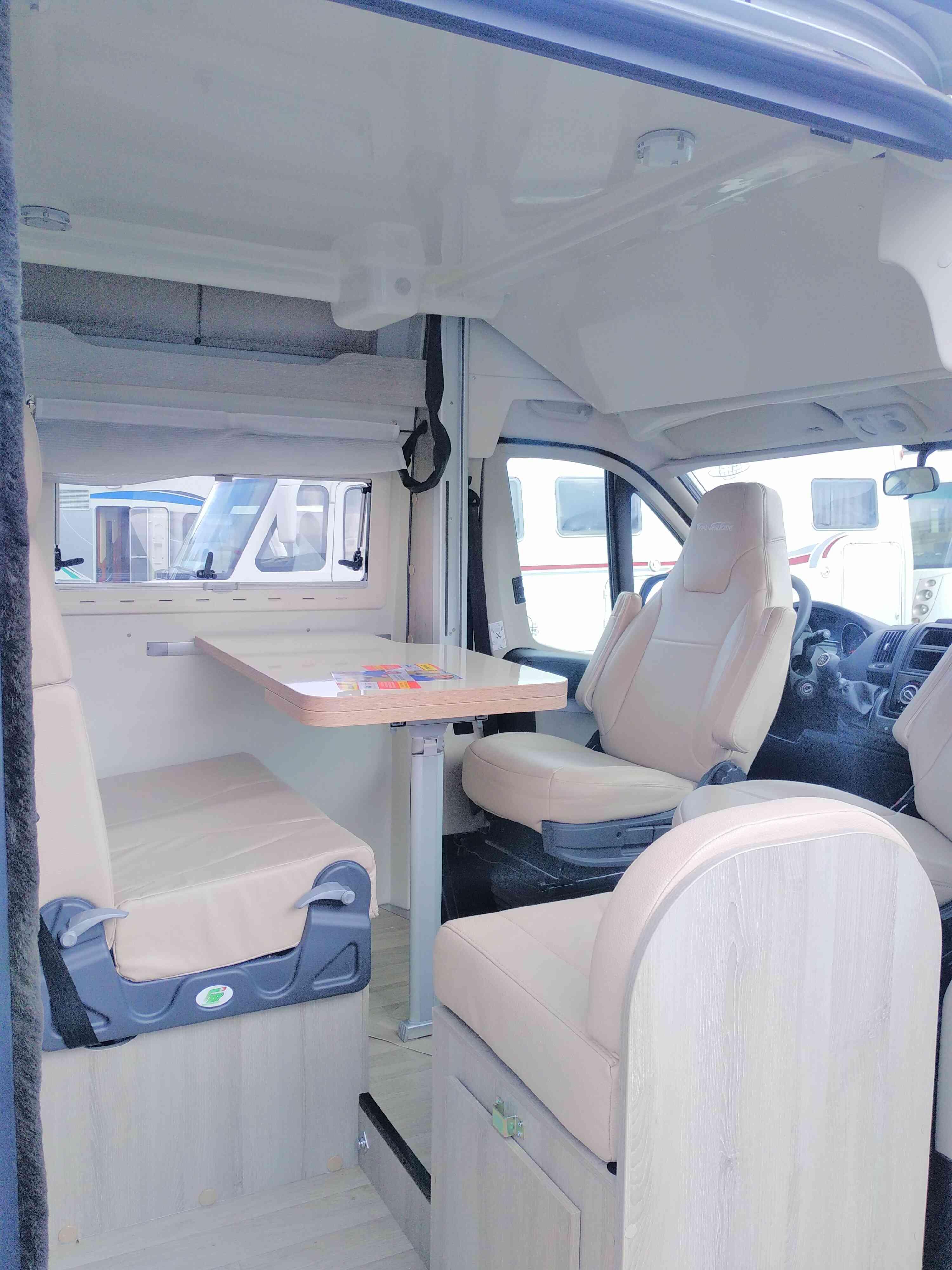 camping-car Fiat FOND VENDOME MONDEA  intérieur  / coin cuisine