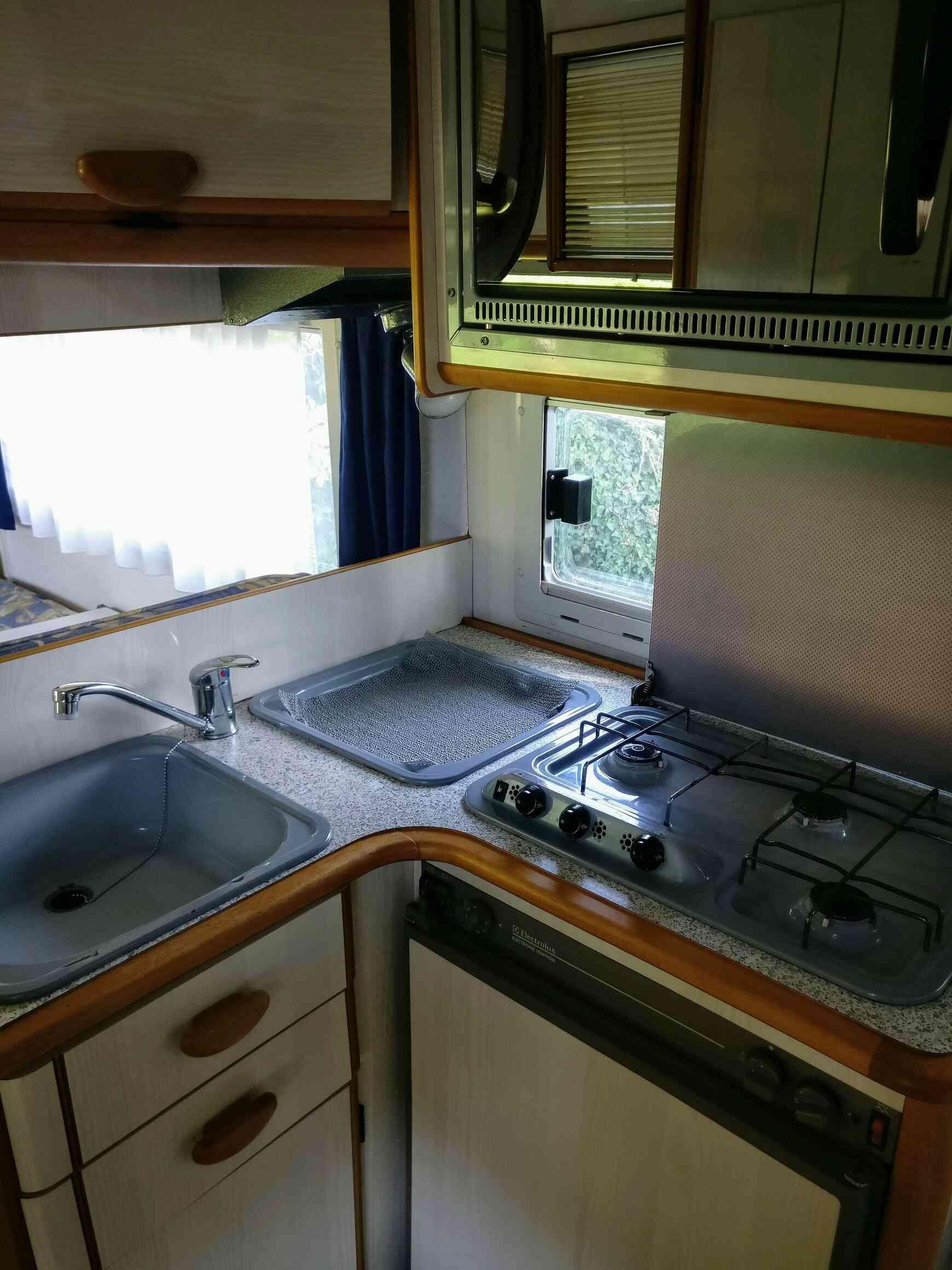 camping-car AUTOSTAR ATHENOR 547  intérieur / salle de bain  et wc