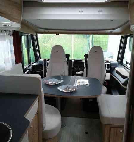 camping-car BAVARIA I 740 FC  intérieur  / coin cuisine