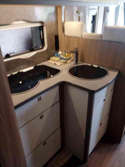camping-car BURSTNER I 727  intérieur / salle de bain  et wc