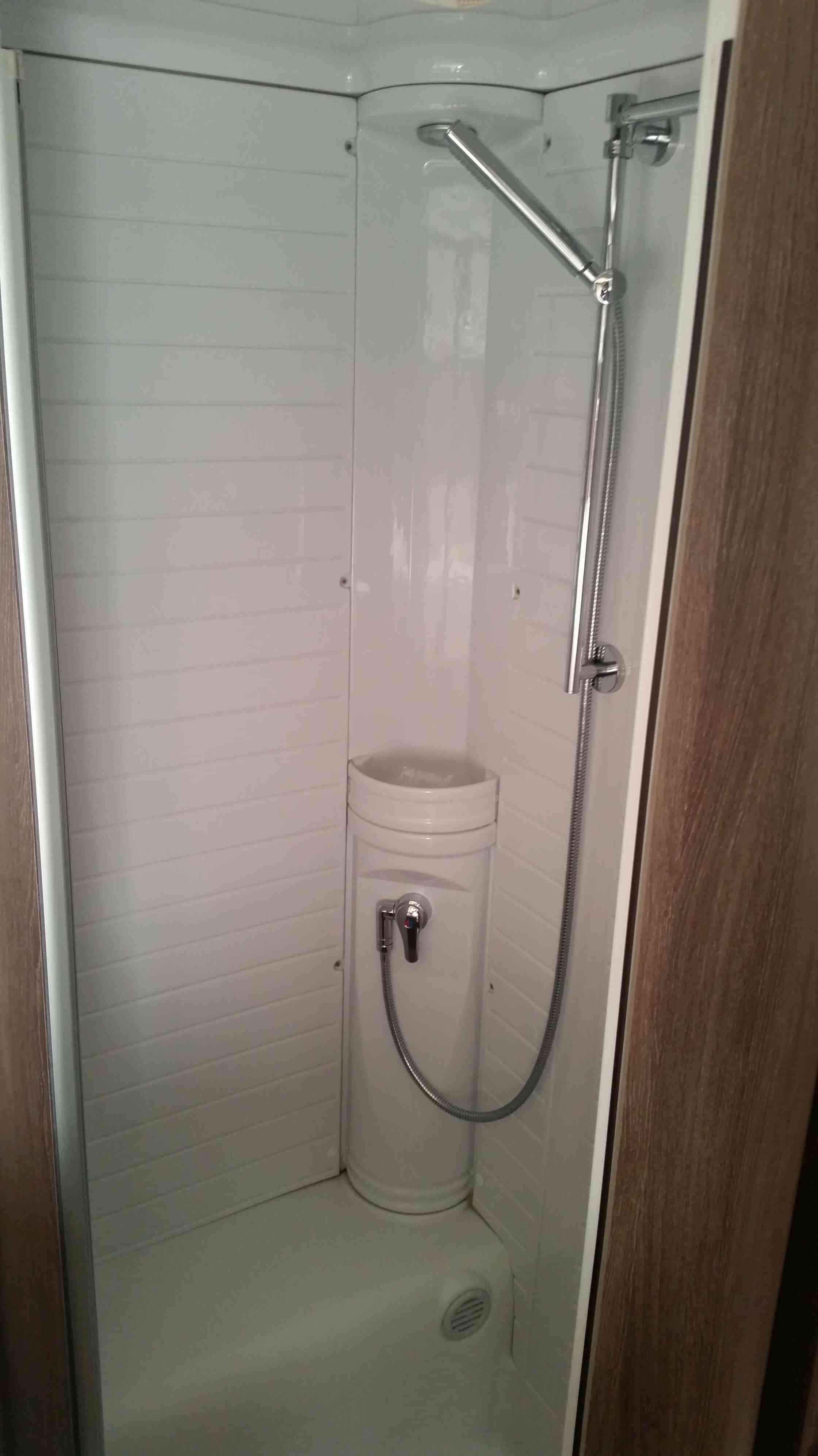 camping-car BURSTNER IXEO TIME IT 700  intérieur / salle de bain  et wc