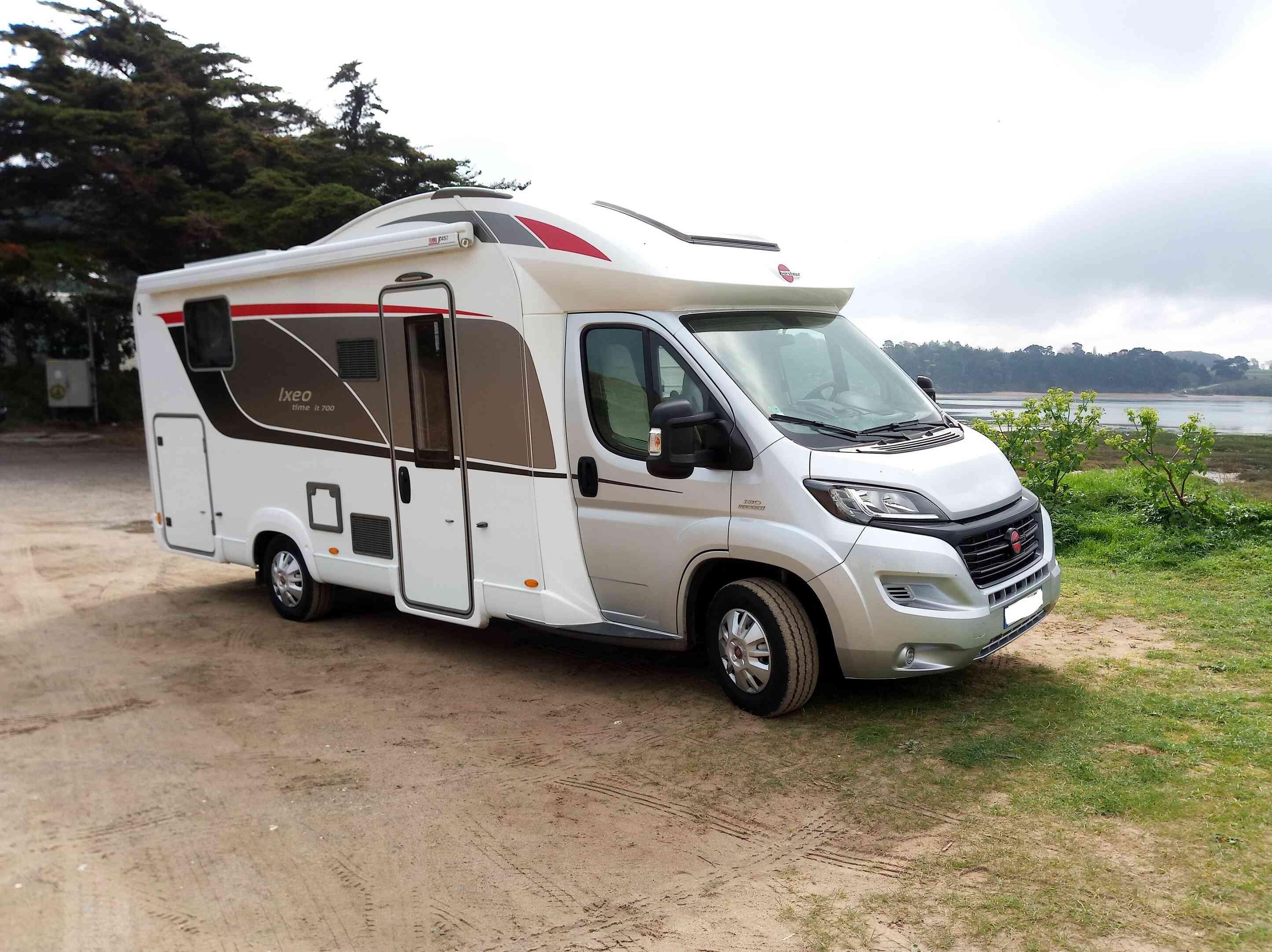 camping-car Burstner IT 700  extérieur / latéral gauche
