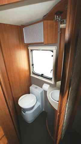 camping-car ITINEO MB 740  intérieur / couchage principal