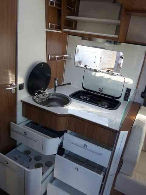 camping-car PILOTE P 746 FC  intérieur / salle de bain  et wc