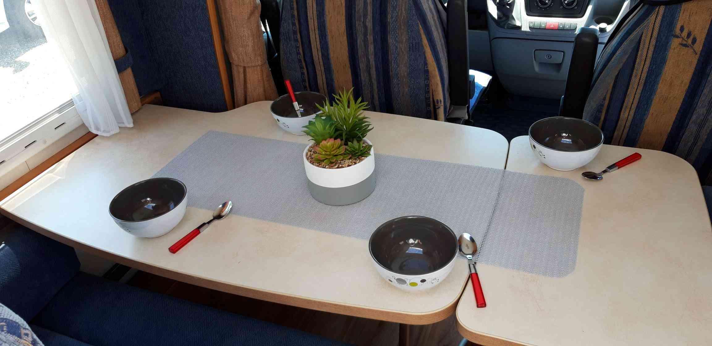 camping-car CHALLENGER MAGEO 107  intérieur  / coin cuisine