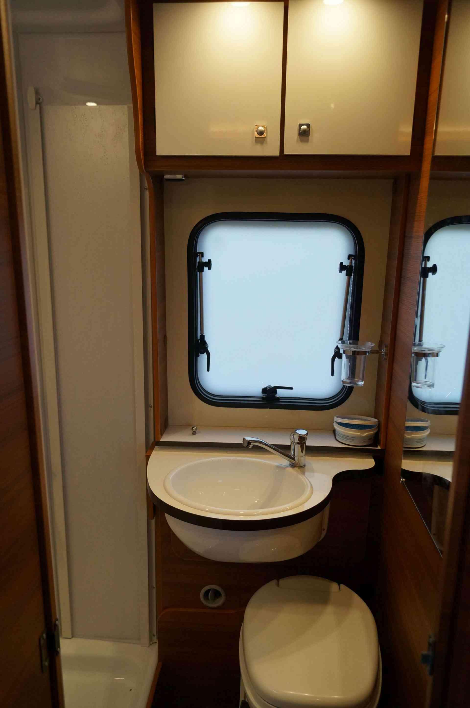 camping-car ELNAGH BARON 22  intérieur / couchage principal