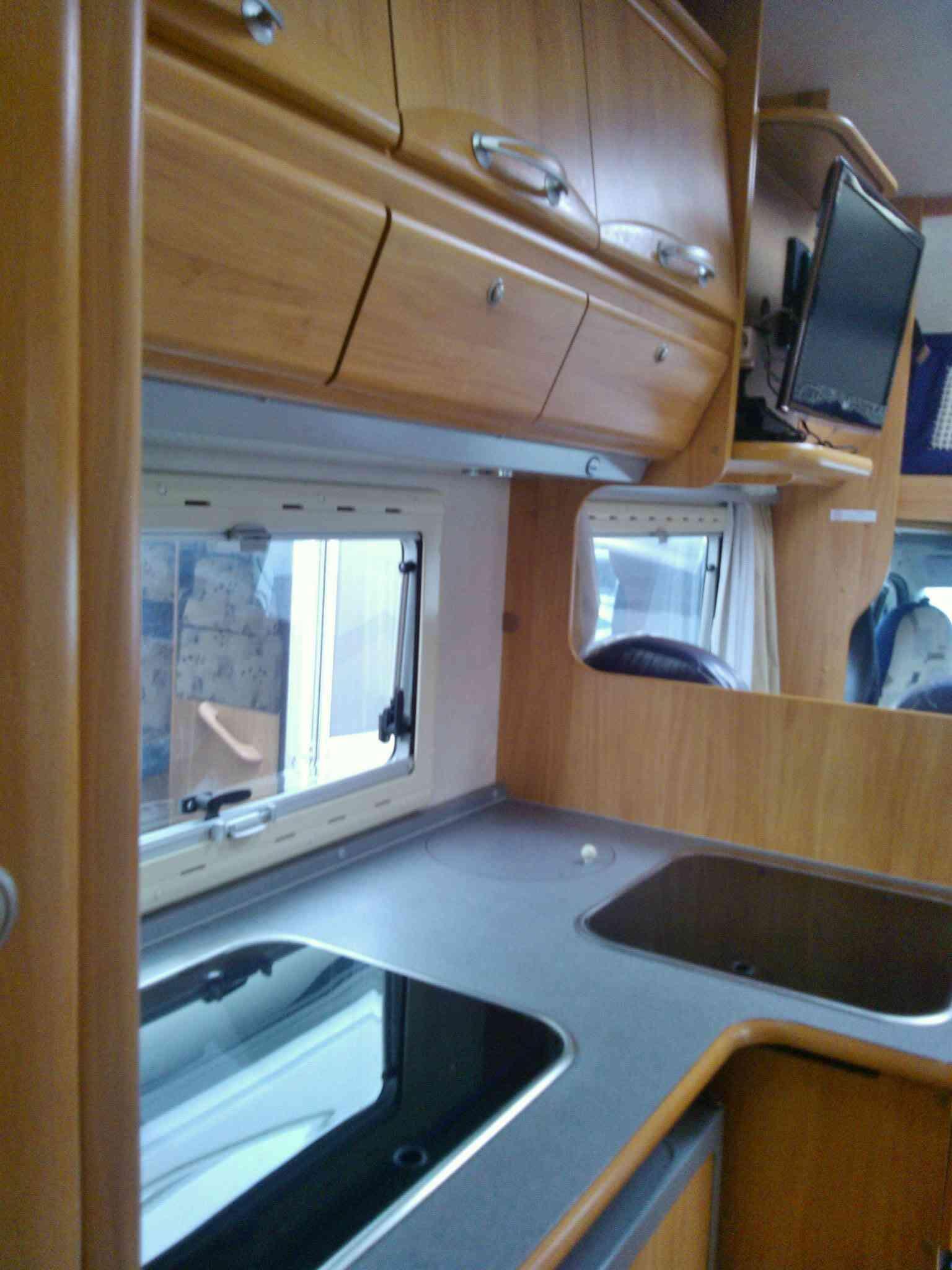 camping-car ADRIA  660 SP  intérieur / salle de bain  et wc
