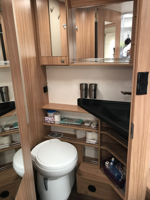 camping-car HYMER CLASSIC I 698  intérieur / couchage principal