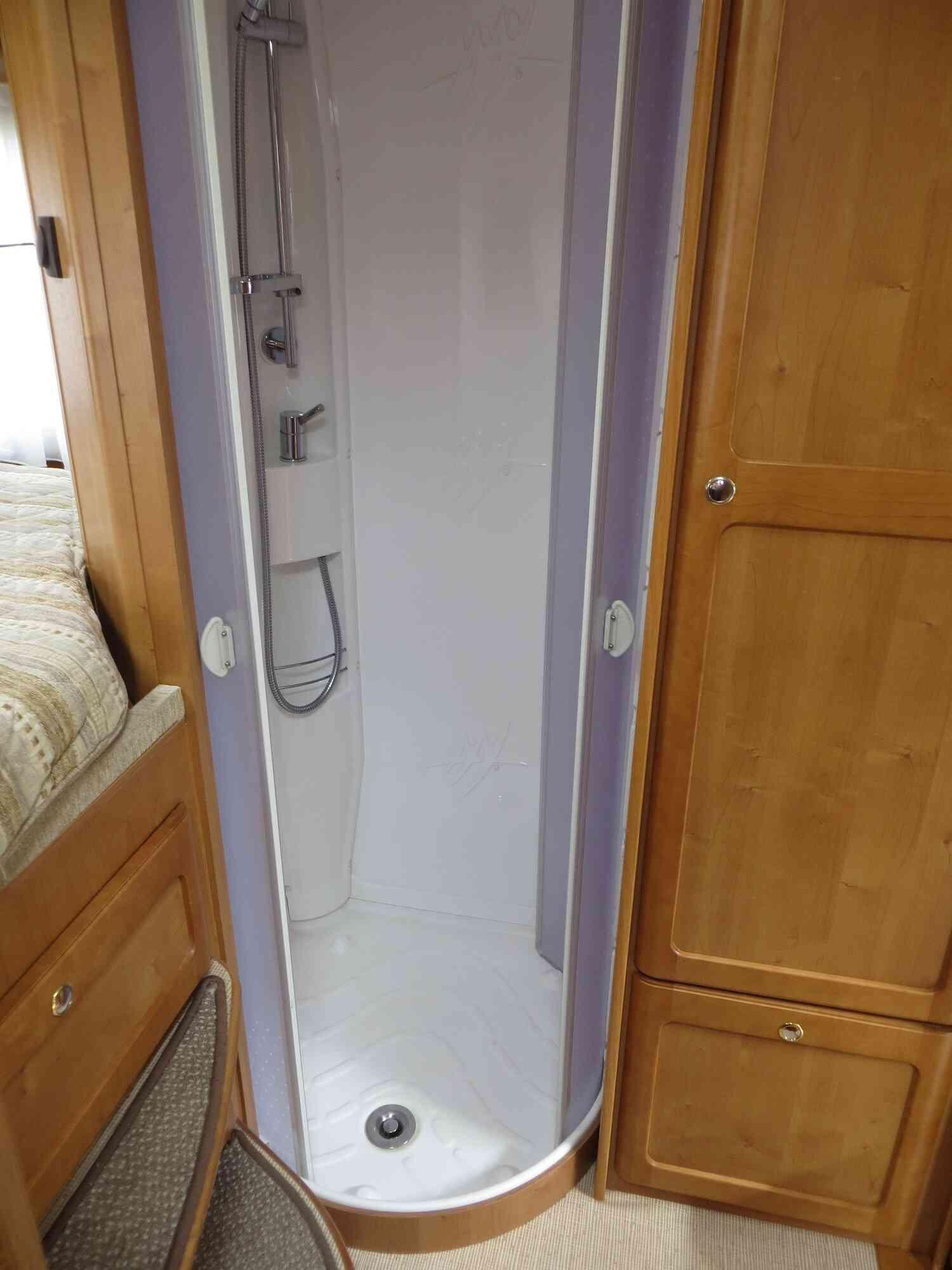 camping-car RAPIDO 9097 F  intérieur / couchage principal