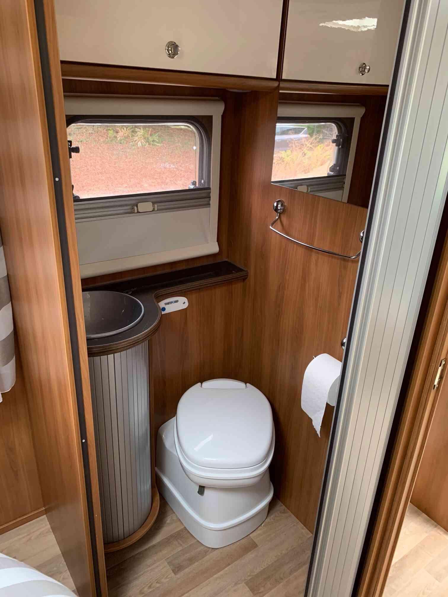 camping-car RIMOR KATAMARANO 209  intérieur / couchage principal