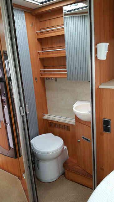 camping-car HYMER B 698  intérieur / couchage principal