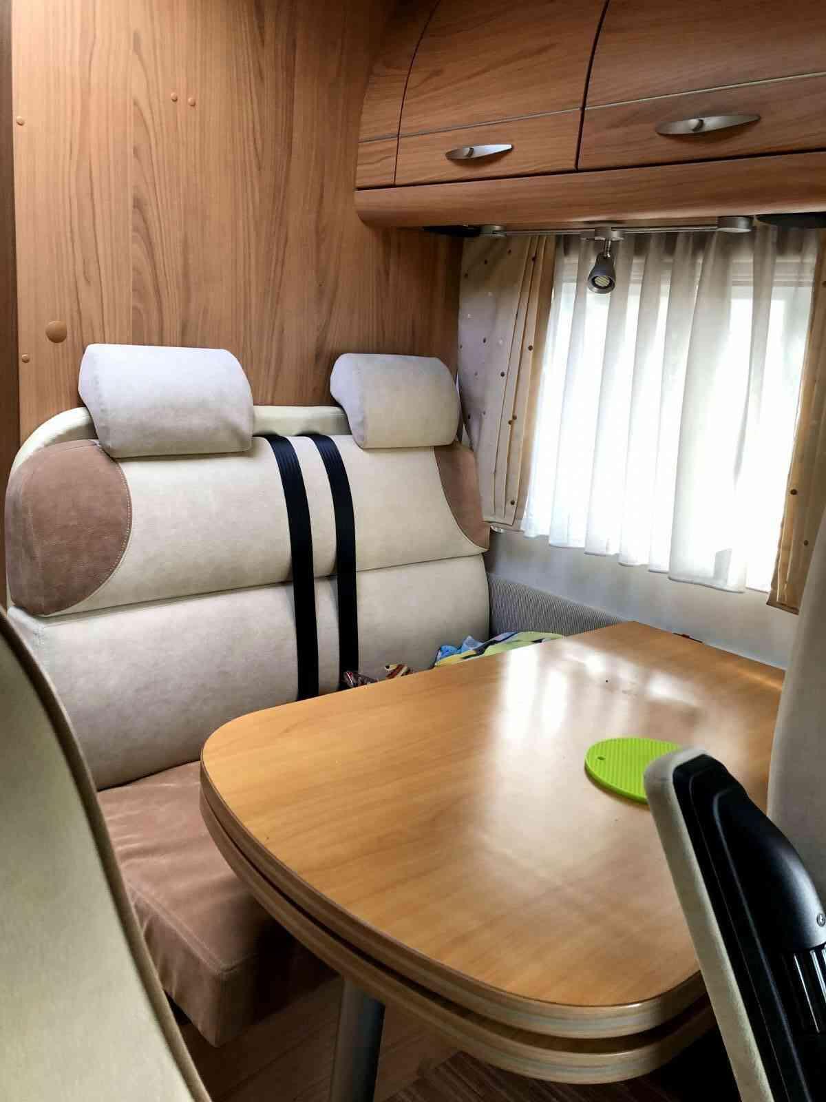 camping-car BURSTNER AVIANO  I675  intérieur  / coin cuisine