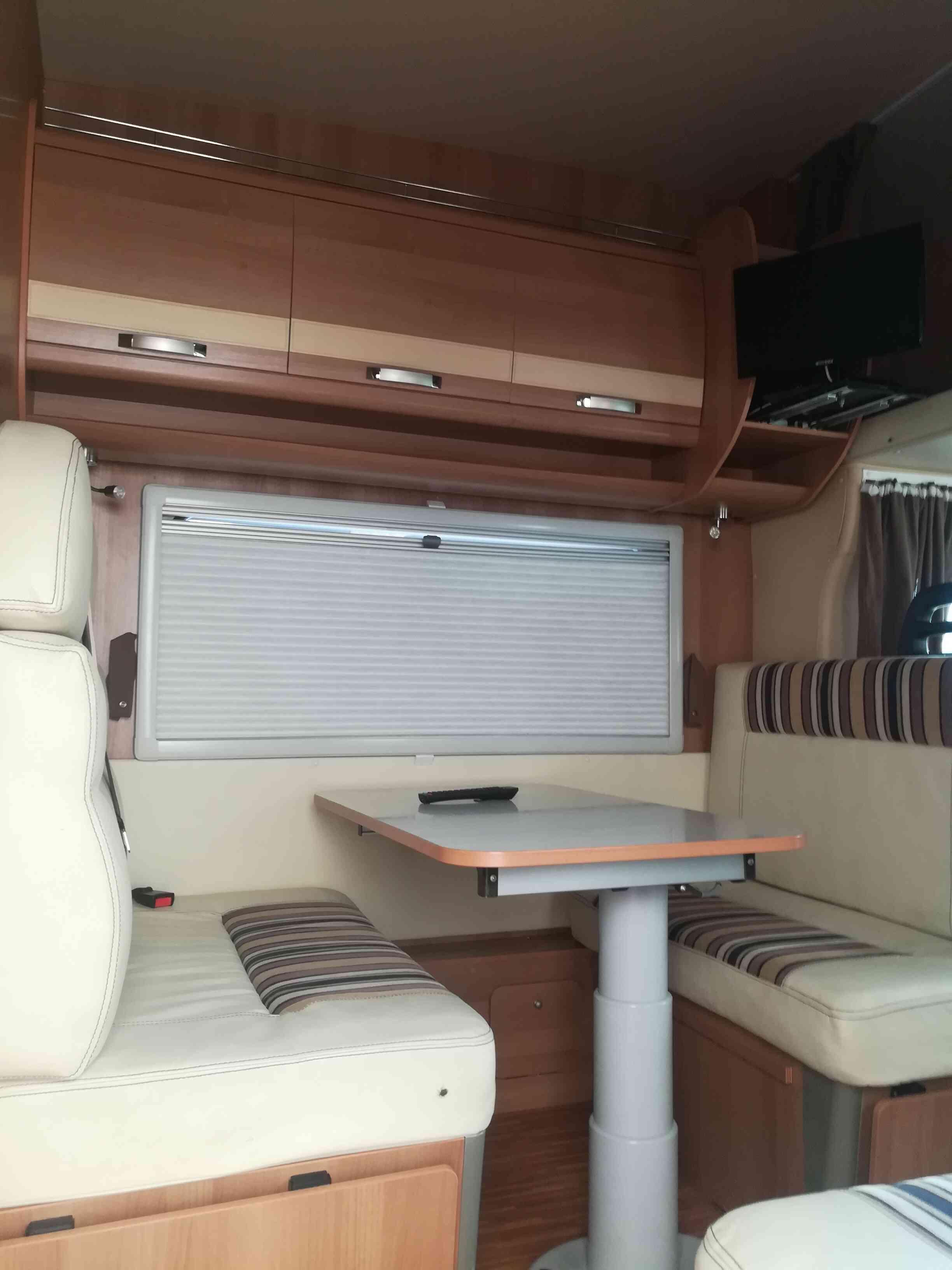 camping-car PLASY 70  intérieur  / coin cuisine
