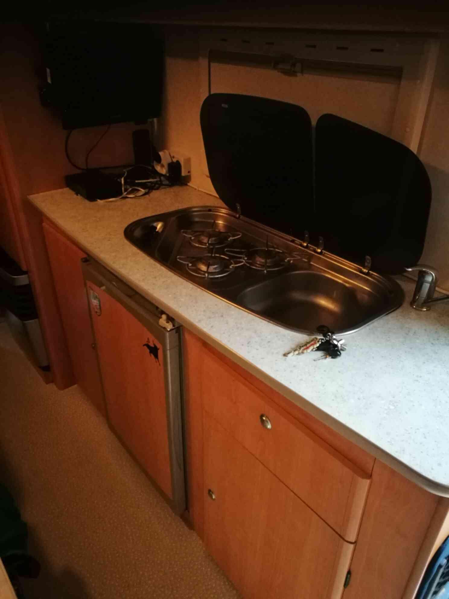 camping-car CHALLENGER 151  intérieur / salle de bain  et wc
