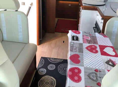 camping-car RAPIDO 8096 DF  intérieur  / coin cuisine