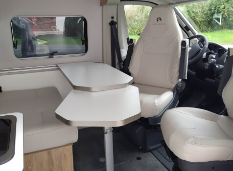 camping-car BAVARIA K 600  intérieur  / coin cuisine