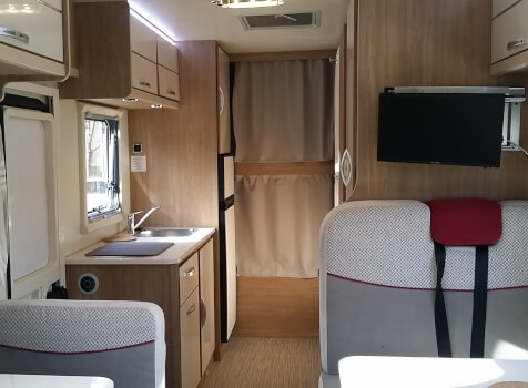 camping-car RIMOR SEAL 9  intérieur  / coin cuisine