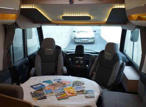 camping-car ITINEO SB 740  intérieur  / coin cuisine