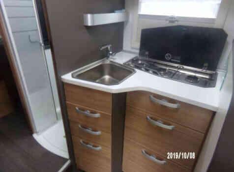 camping-car ADRIA MATRIX AXESS 670 SC  intérieur / salle de bain  et wc