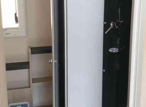 camping-car CHALLENGER C256  intérieur / salle de bain  et wc