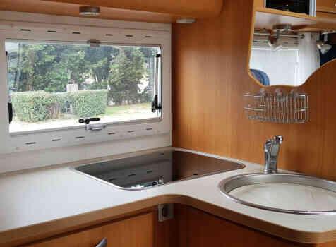 camping-car CHAUSSON WELCOME 85  intérieur / salle de bain  et wc