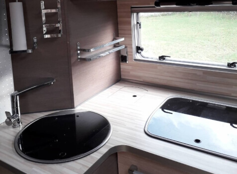 camping-car BAVARIA FJORD I 741  intérieur  / coin cuisine
