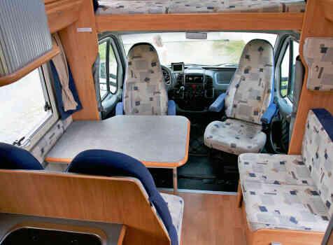 camping-car ADRIA CORAL 670 SK  intérieur  / coin cuisine
