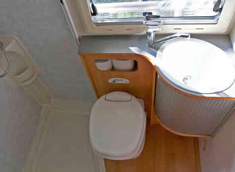 camping-car ADRIA CORAL 670 SK  intérieur / couchage principal