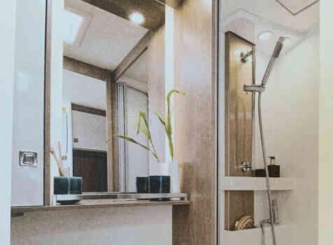 camping-car BURSTNER LYSEO CLASSIC TD 744  intérieur / salle de bain  et wc