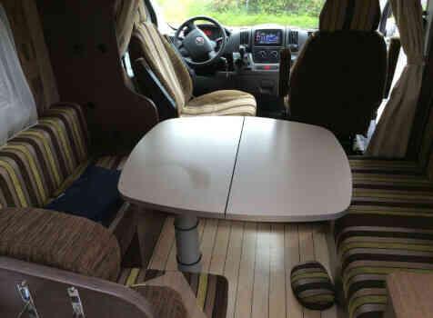 camping-car BAVARIA T710 LG  intérieur  / coin cuisine