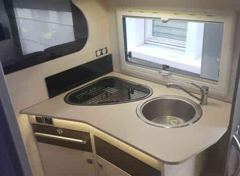 camping-car CHAUSSON C656  intérieur  / coin cuisine