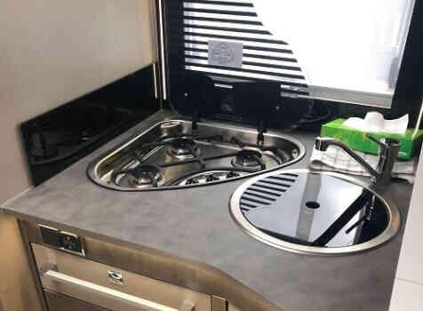 camping-car CHALLENGER GRAPHITE 358 BVA  intérieur / salle de bain  et wc