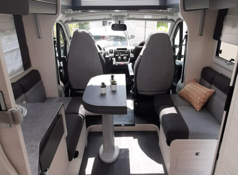 camping-car CHALLENGER 308 VIP  intérieur  / coin cuisine