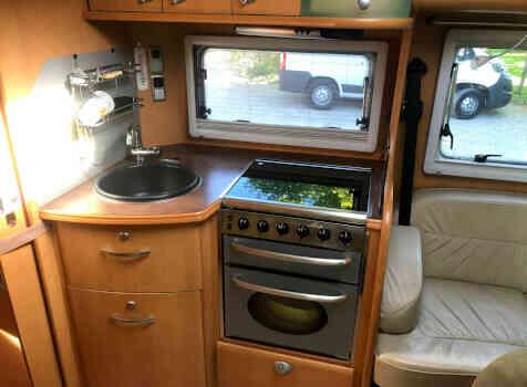 camping-car PILOTE EXPORATEUR  intérieur / salle de bain  et wc
