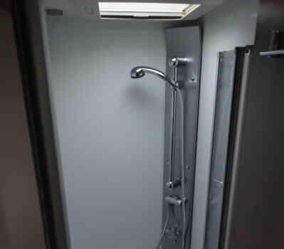 camping-car BAVARIA 741 LC  intérieur / salle de bain  et wc