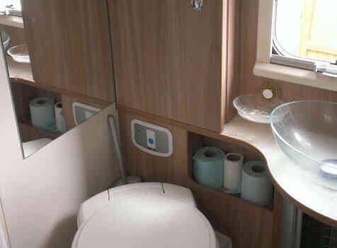 camping-car ADRIA MATRIX AXESS M 680 SL  intérieur / couchage principal