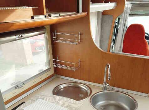 camping-car  BENIMAR PERSEO 540  intérieur  / coin cuisine
