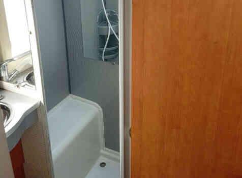 camping-car  BENIMAR PERSEO 540  intérieur / salle de bain  et wc