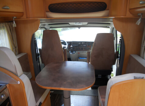 camping-car PILOTE REFERENCE P725  intérieur  / coin cuisine