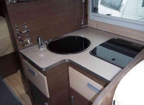 camping-car BAVARIA ARTIC I 74 LC  intérieur / salle de bain  et wc